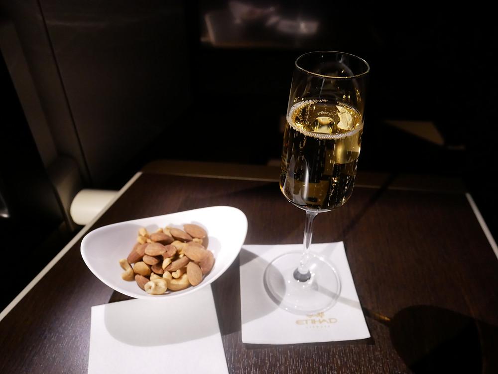 エティハド航空 ビジネスクラス 食前酒 シャンパンとナッツ