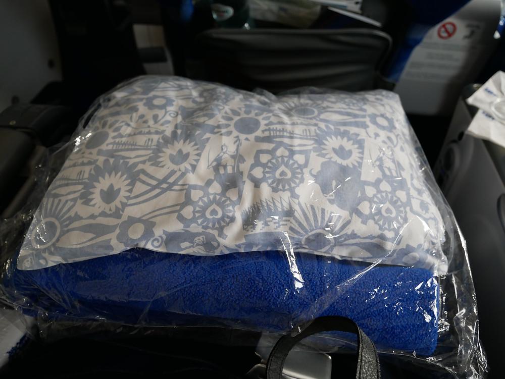 LOTポーランド航空 プレミアムエコノミークラス 毛布と枕