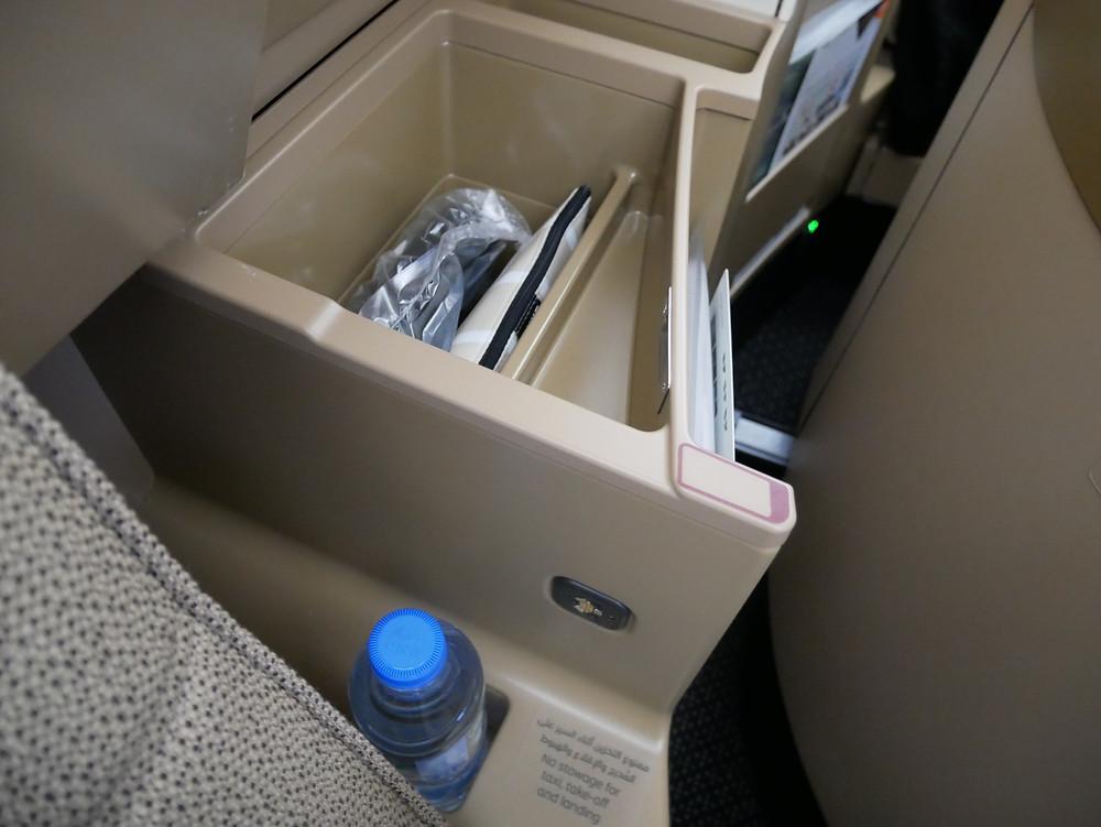 エティハド航空 ビジネスクラス 収納
