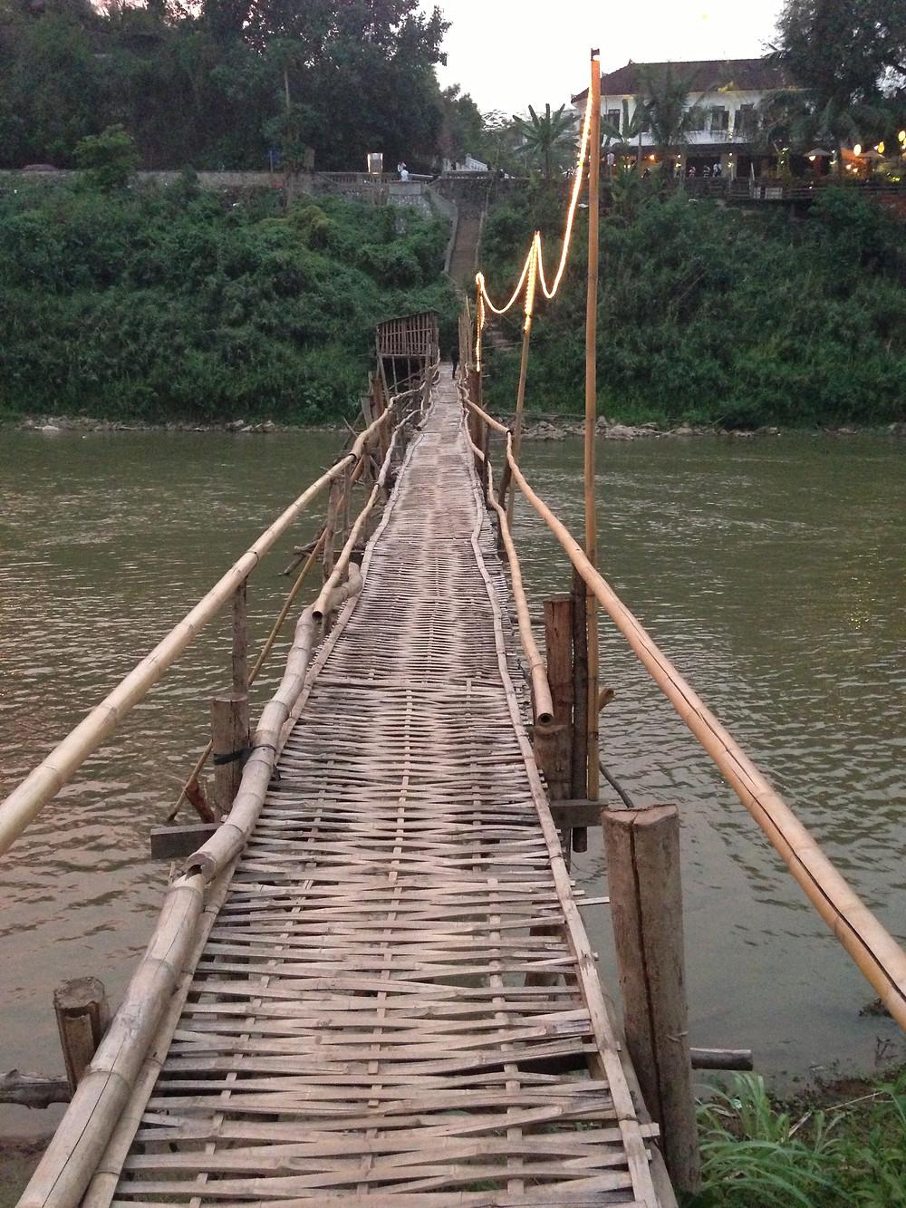 ルアンパバーン 川のつり橋