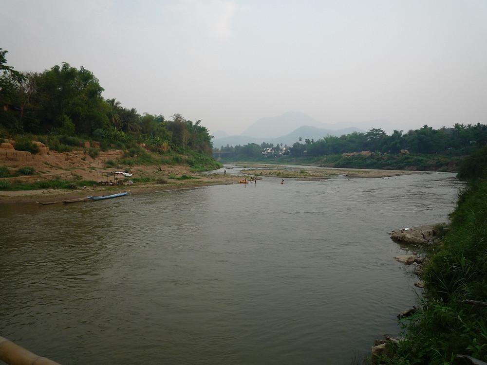 ルアンパバーン  川で遊ぶ子供