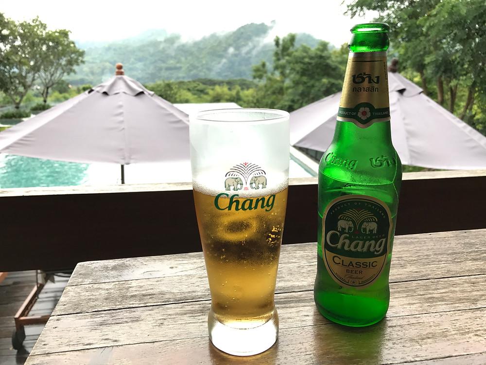 ベランダ チェンマイ ザ ハイ リゾート プールサイドとビール