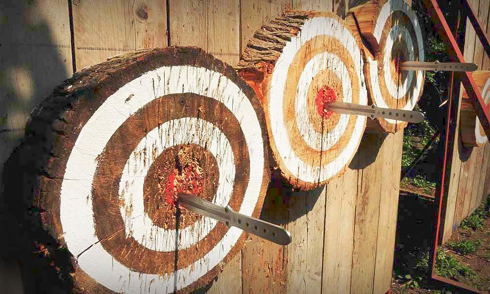 good-throwing-knives-hitting-the-target.