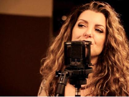 Andrea Fernandes, música, seu grande álibi!