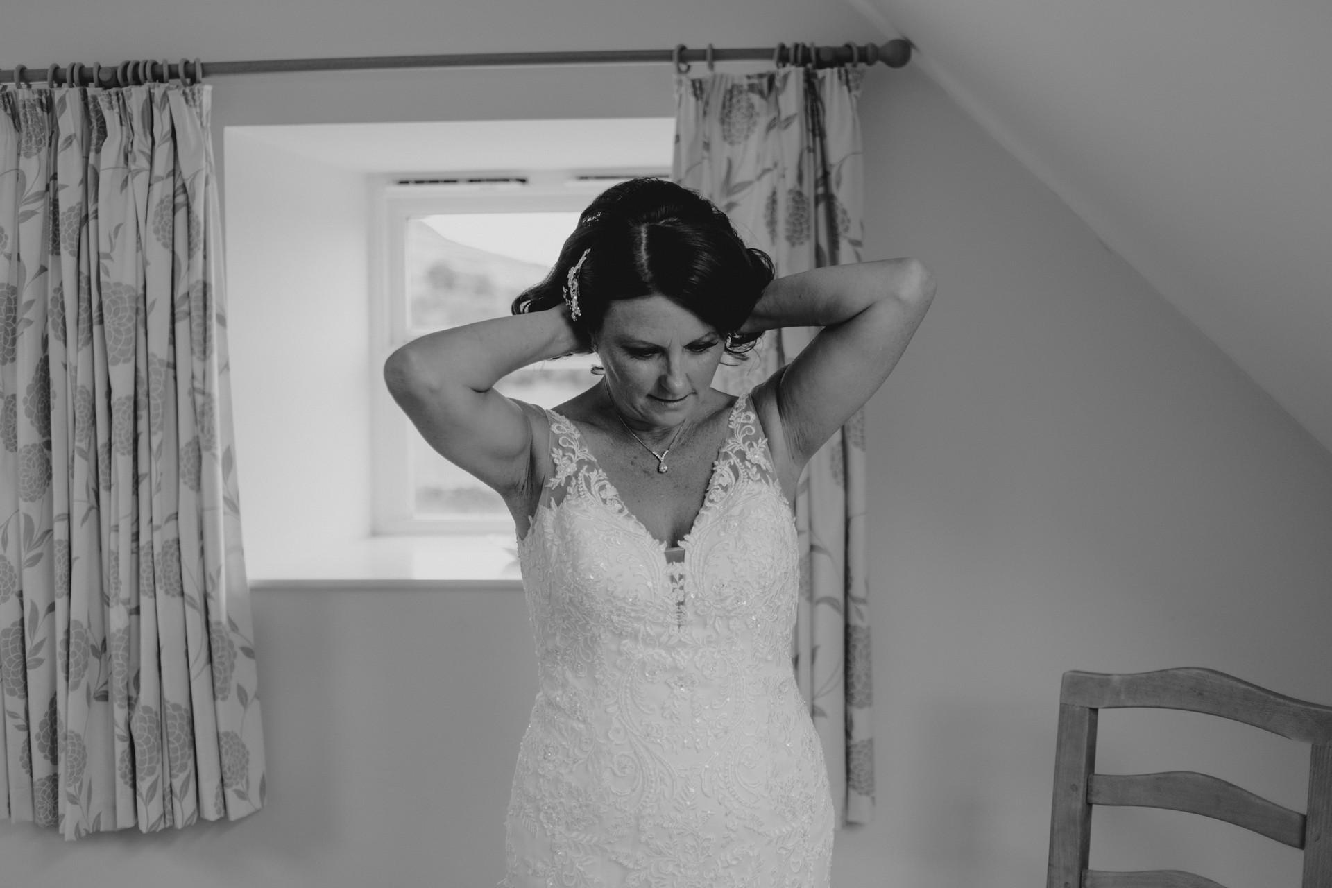 bride fastening her necklace