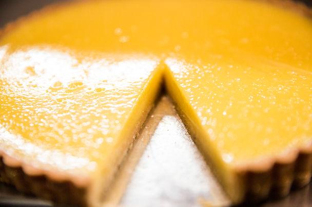 Lækre hjemmelavede kager og sandwiches - high tea