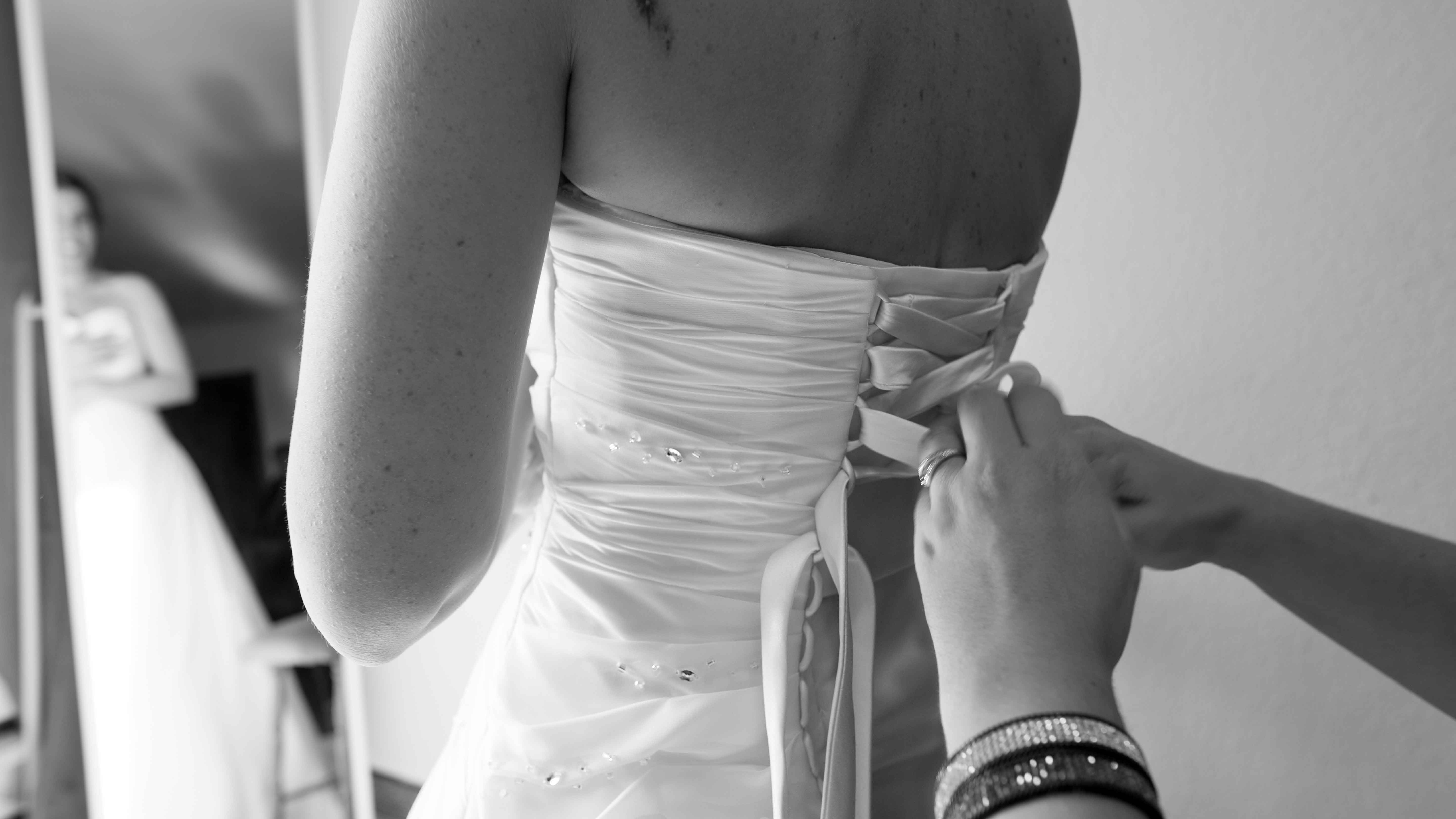 casament-preparatius-nuvia-vestit-esquena