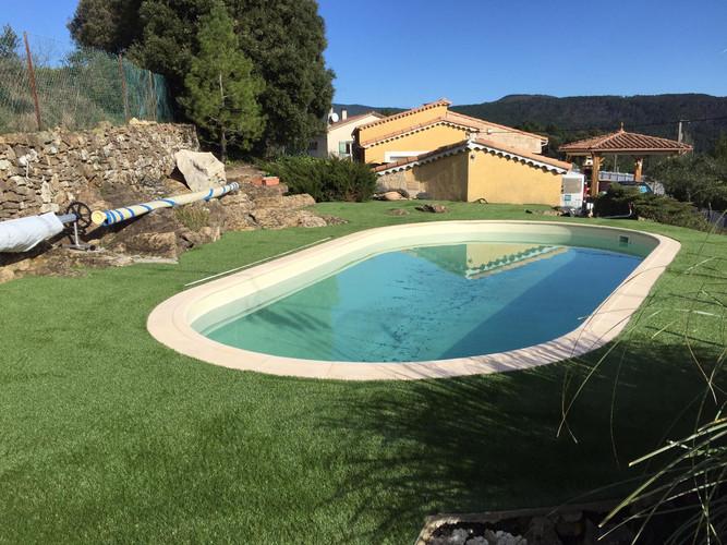 Tour de piscine en gazon synthetique.jpe