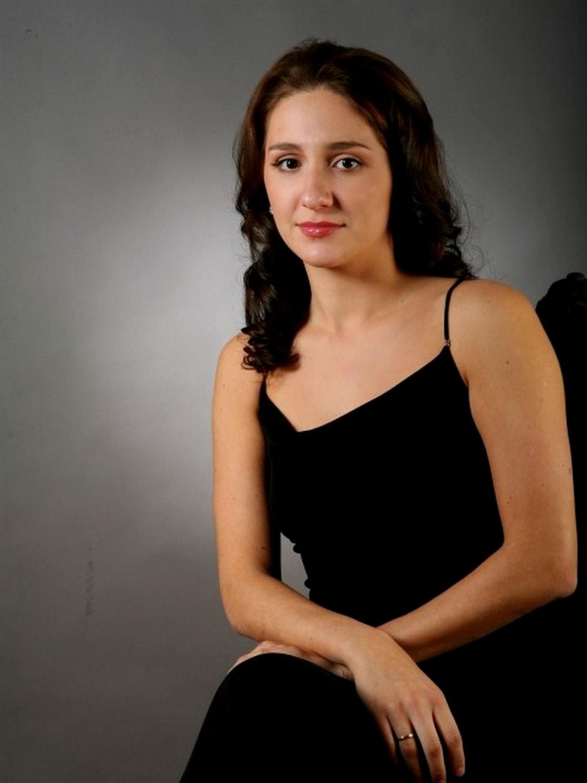 Людмила МАДОНОВА  (фортепиано)