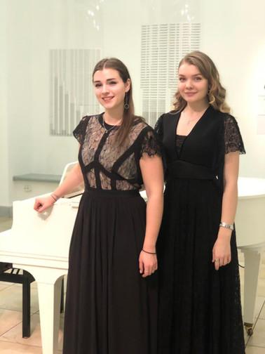 Дарья Русакова и Валерия Мыльникова (вокальный дуэт)