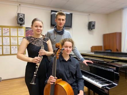 Панфилова Анастасия (кларнет), Миронова Мария (виолончель), Аликов Георгий (фортепиано)