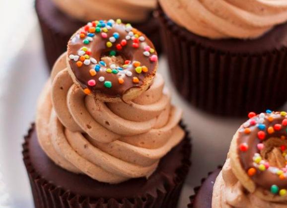 Hazelnuts cream cupcake with mini donuts 4 pcs