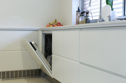 מטבח לבן מודרני בשילוב חיפוי קיר מעץ