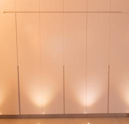 ארון קיר עם ידיות אינטגרליות בגבהים שונים