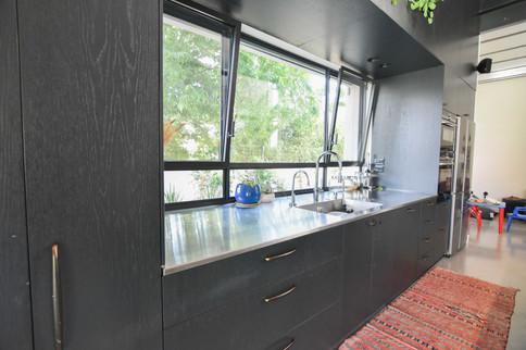 מטבח שחור מודרני ברעננה