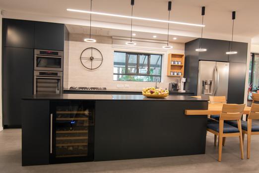 מטבח שחור מודרני בתל מונד