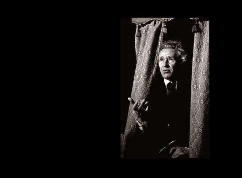 """""""Tercera llamada, ¡tercera!, o empezamos sin usted..."""" (*) (*) Juan José Arreola : Palindroma  En primer lugar, el espectáculo que vamos a presentar a ustedes se refiere exclusivamente a una resurrección en el terreno del arte.  En este pequeño escenario, en este pequeño foro, estoy hablando ¡exactamente en la línea que divide el cortinaje del teatro! Esta línea, que puede abrirse hacia un mundo mágico o hacia un mundo elemental. No comprendo cómo seguimos todavía sosteniendo el realismo, las actitudes realistas, cuando nosotros debemos venir al teatro ¡precisamente a salirnos de la realidad!.  Muchas veces sucede que el espectador se siente maravillado, porque está viendo una escena doméstica que se parece mucho a la escena que acaba de vivir esa misma mañana. Nosotros, en cambio, quisiéramos resucitar ese aspecto escencialmente lúdico del espectáculo en que el hombre juega a ser hombre, pero no limitándose, de tal manera que vuelva a ser hombre tal como lo es en la vida, porque eso no tiene chiste. Jugar a ser hombre... no sé si me explico...""""  Juan José Arreola (*) Improvisación para Metáforas de Plata 1979"""