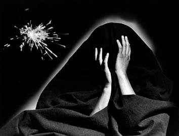 """""""Esta imagen sí me inquieta; Sería un retrato ideal del pánico de Alejandro Jodorowsky. Una máscara de Alejandro Jodorowsky"""" *  * Comentario para Metáforas de Plata     """"Mordió la carne dura y fragante de las manzanas y pensó en la juventud de aquella que se las enviaba. Y su vejez retrocedió como sombra perseguida por un rayo de luz"""" (*)   (*) Prosodia: """"La canción de Peronelle""""     ¨La mujer que amé se ha convertido en fantasma. Yo soy el lugar de las apariciones...¨ (*) (*) Palindroma: """"Doxografías"""""""