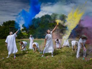 招募年輕藝術愛好者參與美國當代藝術家 Desirée Holman 的《新新人類實況》(Sophont in Action)於《星光堆砌的我們》展覽演出
