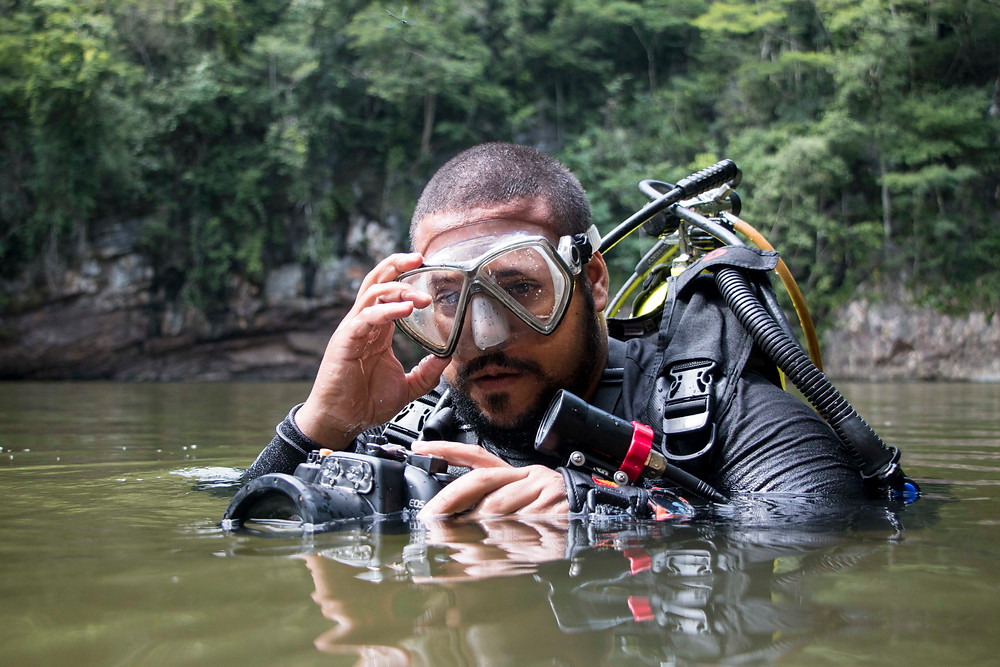 Fernando Lara prepara para mergulhar no Poção do Lago Azul - Bodoquena (MS) - Foto: Erika Campos