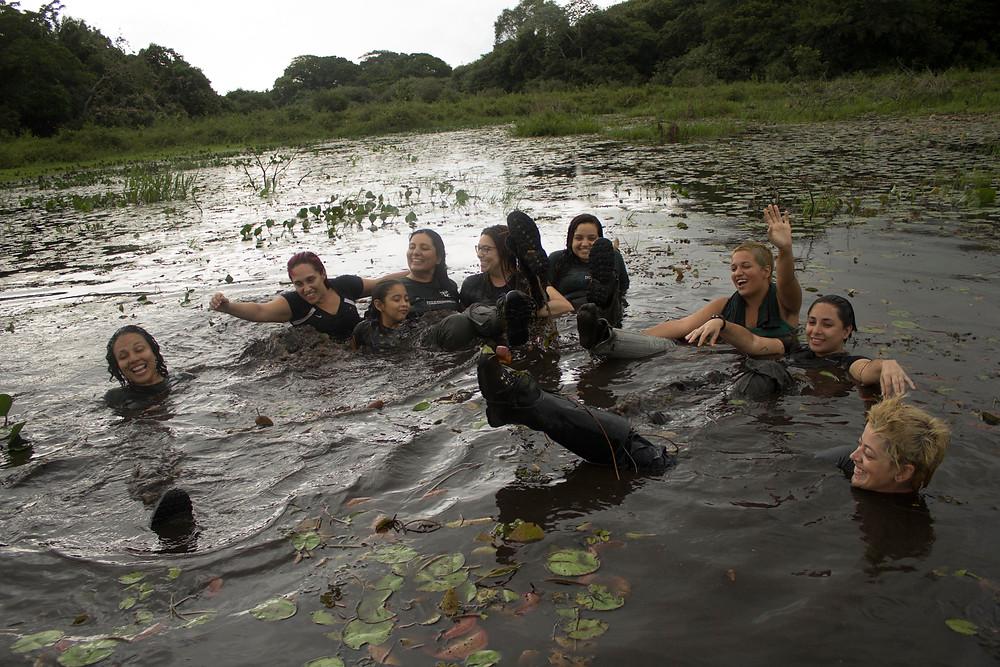 Tomando banho em baía de jacaré - Por Fernando Lara