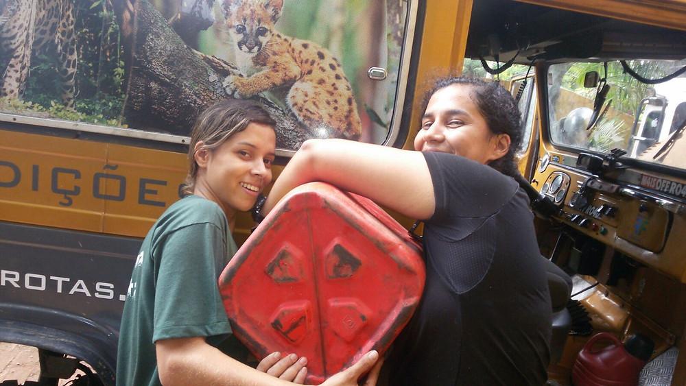 Erika Campos e Bruna Rafaela reabastecendo o Lobo Guará