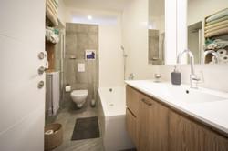 אמבטיה ומקלחון בשטח מאתגר