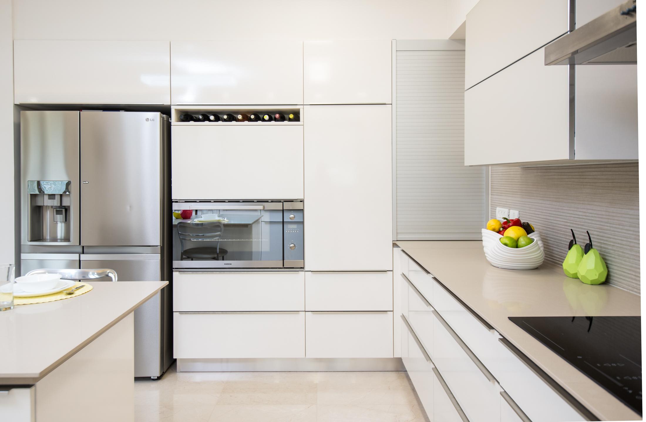 קיר ארונות גבוהים במטבח