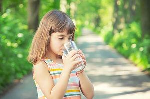 nina-bebiendo-agua-vaso_73944-13693.jpg