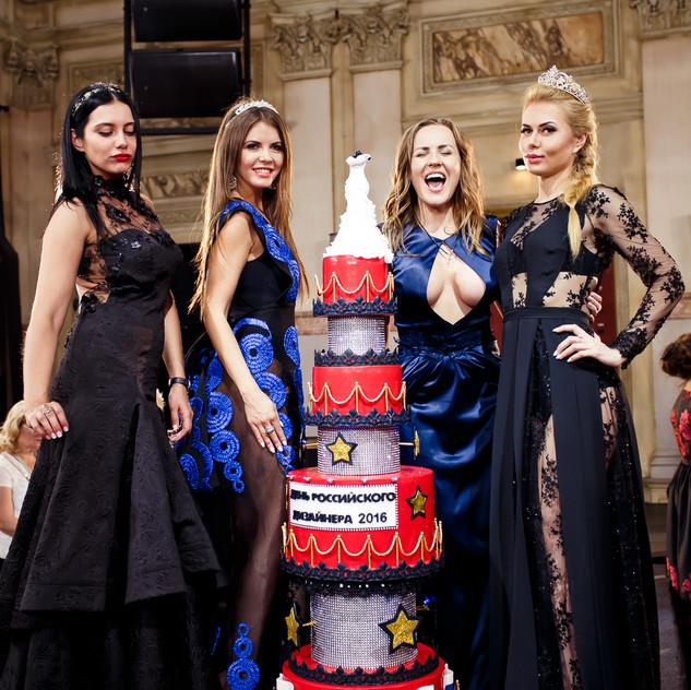 Мисс журналов и праздничный торт