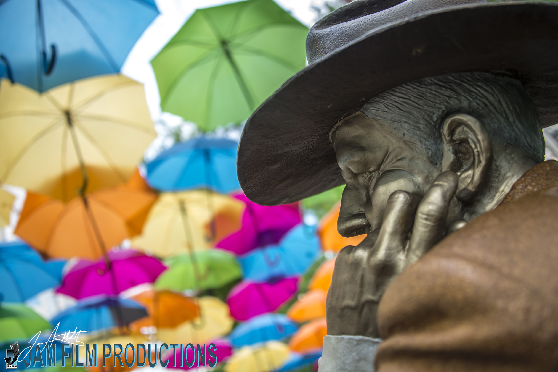 Sidewalkjudgewith umbrellas