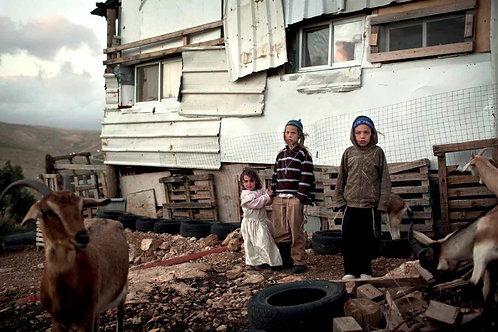 Tre figli nel cortile di casa