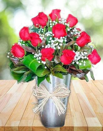 Rosas vermelhas no balde