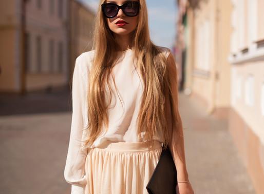 איך ללבוש חצאית ארוכה עם מגפיים?