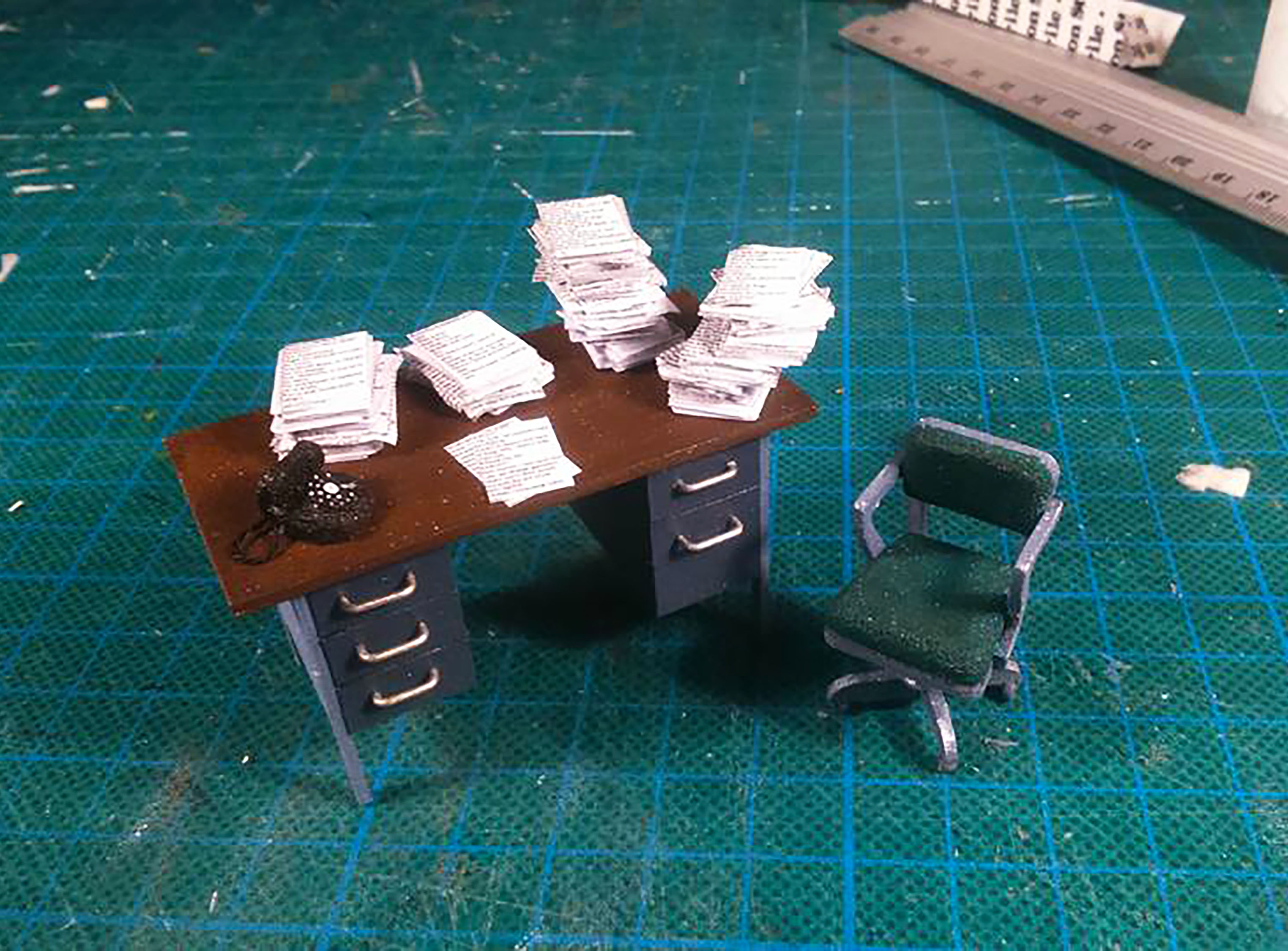 1:25 60s DESK AND SWIVEL CHAIR