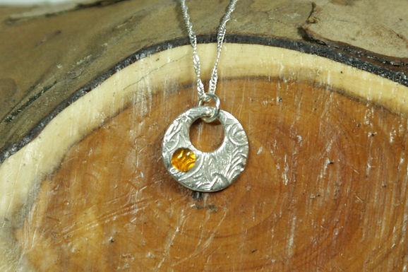 5556 - Small circular ring with amber cabochon