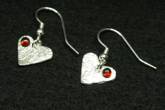 5068 - dangly textured heart earrings with red cabochons