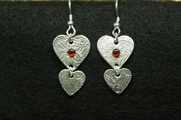 5087 - Dangly earrings with 2 hearts and red stone