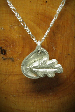 4057 - Small oak leaf on dimpled teardrop