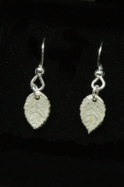 4006 - Dangly small leaf earrings