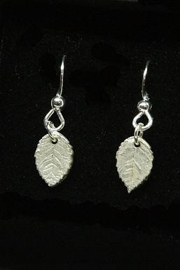 4006 - Dangly small leaf earrings