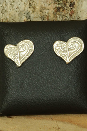 3106 - Patterned heart studs