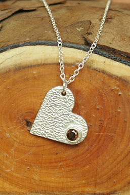 3558 - Textured heart with caramel stone