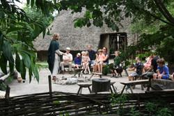 Bastiaan de Zwitser vertelt in het Prehistorisch dorp