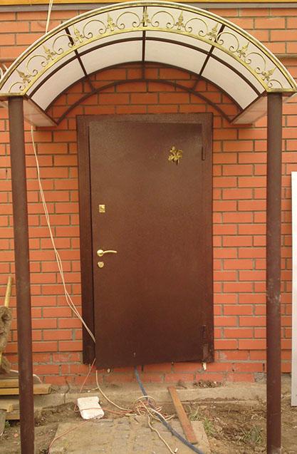 Metallicheskaya-dver-s-elementom-kovki
