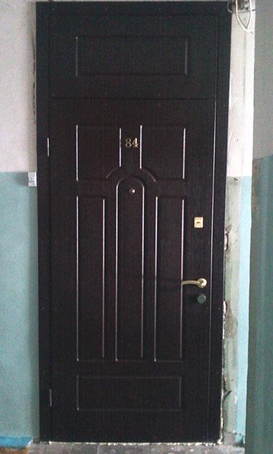 Metallicheskaya-dver-s-panelyu-MDF
