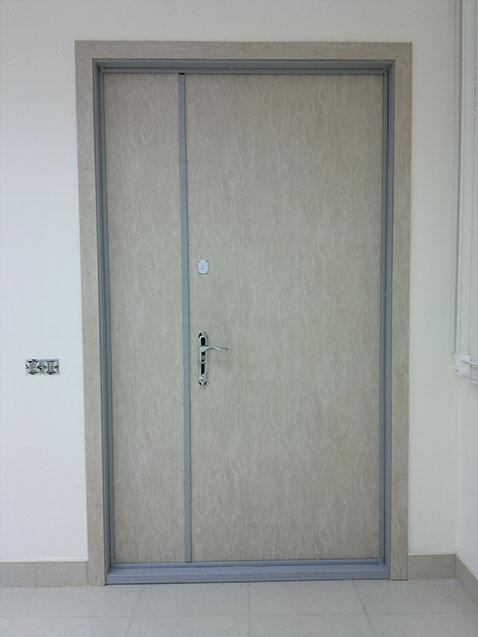 Metallicheskaya-dver-s-panelyu-MDF-2