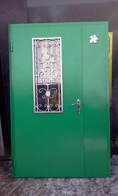 Metallicheskaya-dver-so-steklyannoj-vsta