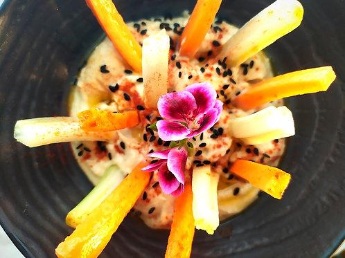 CAZOLETA DE HUMMUS con crudités de apio y zanahoria