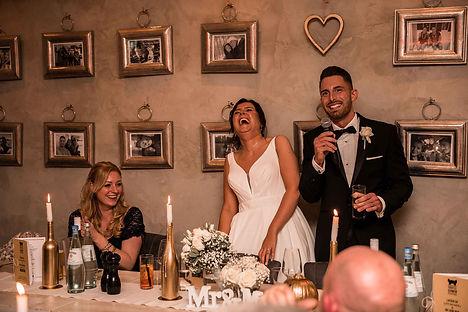 Lachendes Brautpaar bei Rede